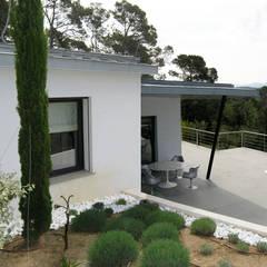 Villa contemporaine: Jardin de style  par Casa Architecture, Colonial