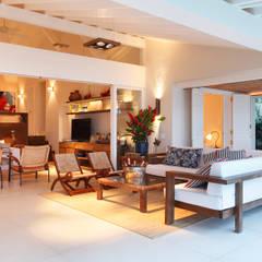 Casa Angra I: Salas de estar  por Escala Arquitetura