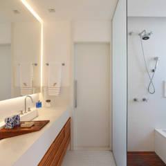 Cobertura Leblon : Banheiros  por Escala Arquitetura