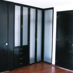 Casa LV: Vestidores y closets de estilo  por IPALMA ARQUITECTOS,