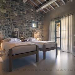 Dormitorios de estilo mediterraneo por Marcello Gavioli