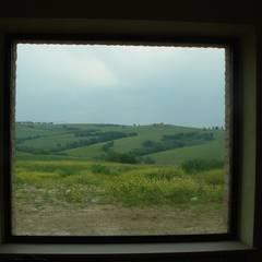 Ristrutturazione casale di campagna. Umbria. Provincia di Perugia: Finestre in stile  di Studio Architetti Cornacchini - De Boni