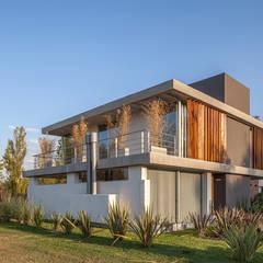 CASA HARAS: Casas de estilo  por ESTUDIO GEYA
