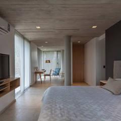CASA HARAS: Dormitorios de estilo  por ESTUDIO GEYA,Moderno
