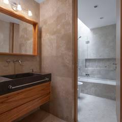 CASA HARAS: Baños de estilo  por ESTUDIO GEYA