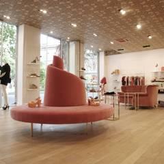 monomarca l'autre chose bologna: Negozi & Locali commerciali in stile  di spazio viola