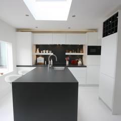 Kitchen by Laura Gompertz Interiors Ltd,