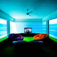 FISH HOUSE:  Living room by Guz Architects,