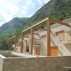 Complesso residenziale in legno: Villa a schiera in stile  di Marlegno