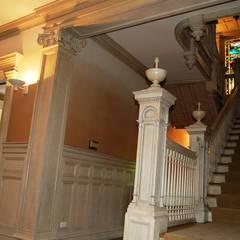 Hôtel particulier aux USA: Couloir et hall d'entrée de style  par LADD