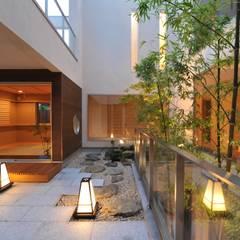 優雅で贅沢な中庭: TERAJIMA ARCHITECTSが手掛けたベランダです。