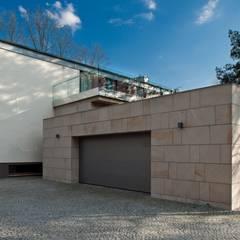 Rezydencja IV : styl , w kategorii Garaż zaprojektowany przez Zbigniew Tomaszczyk  Decorum Architekci Sp z o.o.