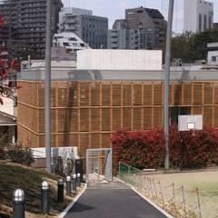アプローチサイド: Yoshiharu Shimazaki Architect Studio,INCが手掛けた学校です。