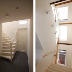 hal en lichtstraat boven trap: modern  door Obliq Architectuur, Modern