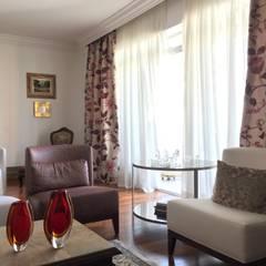 Apartamento clássico em São Paulo: Salas de estar  por Kika Prata Arquitetura e Interiores.,