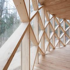 Пункт велопроката. Парк Мещерский: Деревянные дома в . Автор – Alpbau, Минимализм