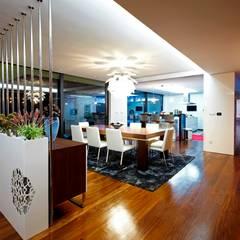 Augusta House: Salas de jantar  por Risco Singular - Arquitectura Lda,Minimalista