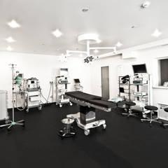DMZ Operationsraum :  Krankenhäuser von SzturArchitekten GmbH