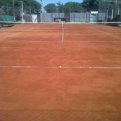 CANCHA DE TENNIS: Gimnasios de estilo  por BENGAL CONSTRUCCIONES