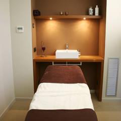 Clinics توسطlauraStrada Interiors, آسیایی