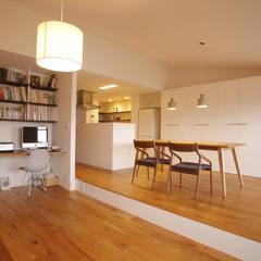 都島のマンションリフォーム: ニュートラル建築設計事務所が手掛けたリビングです。