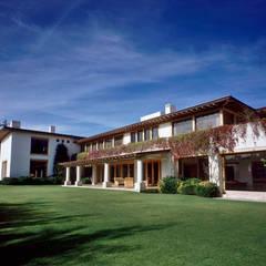 Exterior: Casas de estilo ecléctico por JR Arquitectos