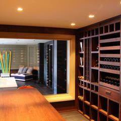 Cave à vin sur mesure en wengé - Courchevel: Cave à vin de style de style Moderne par Degré 12