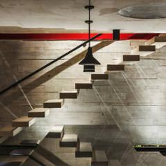 Pasillos y recibidores de estilo  por FCstudio, Moderno