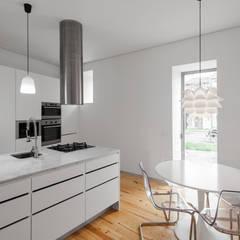 Chalé das Três Esquinas: Cozinhas  por Tiago do Vale Arquitectos