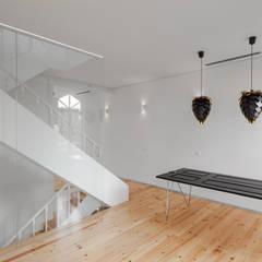 Chalé das Três Esquinas: Salas de jantar  por Tiago do Vale Arquitectos