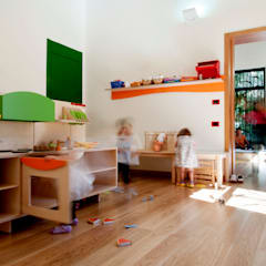 vista interna: Stanza dei bambini in stile  di Studio Associato 3813