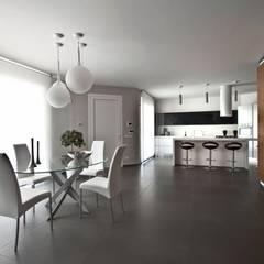 Casa L: Sala da pranzo in stile  di Laboratorio di Progettazione Claudio Criscione Design