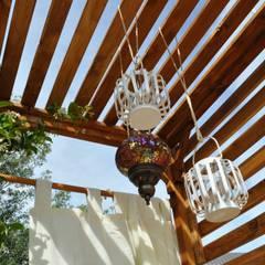 Balcone esotico: Terrazza in stile  di Labs architetti