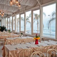 Quattro Quarti - Salotto sul mare: Gastronomia in stile  di MGA LAB