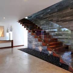 Pasillos y vestíbulos de estilo  por ze|arquitectura
