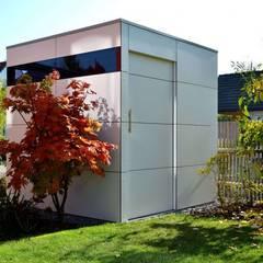 Garajes y galpones de estilo  por design@garten - Alfred Hart -  Design Gartenhaus und Balkonschraenke aus Augsburg,