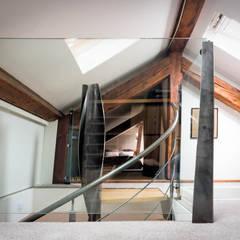 Escalier PH: Couloir et hall d'entrée de style  par Atelier MaDe