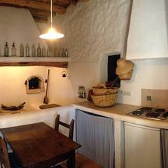 Reforma y ampliación de Casa Payesa en Ibiza: Cocinas de estilo  de Ivan Torres Architects