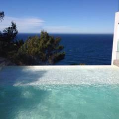 Reforma y ampliación de una vivienda unifamiliar en Ibiza: Piscinas de estilo  de Ivan Torres Architects