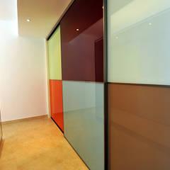 Loft: Pasillos y vestíbulos de estilo  de Ivan Torres Architects
