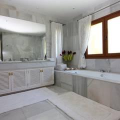 Mansión Milla de Oro: Baños de estilo  de Bernadó Luxury Houses