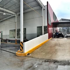 Conjunto de Agencias Santa Fe: Concesionarias de automóviles de estilo  por REM Arquitectos