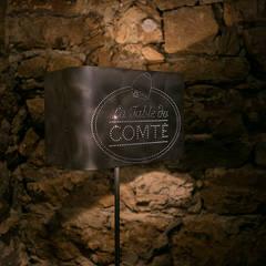 La table du Comté:  de style  par elsa somano objets lumineux, Moderne