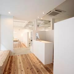 YARD. (美容室): ニュートラル建築設計事務所が手掛けた壁です。
