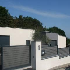 Zoom portail et muret: Jardin de style de style Moderne par EURL OLIVIER DUBOIS