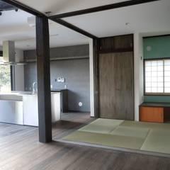 Salas multimedia de estilo  por 青戸信雄建築研究所