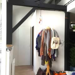 Rénovation d'un espace atypique.: Dressing de style  par Amandine Leblanc