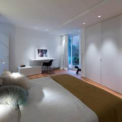 Habitation Privée Vieux-Lille: Chambre de style  par mayelle architecture intérieur design, Moderne