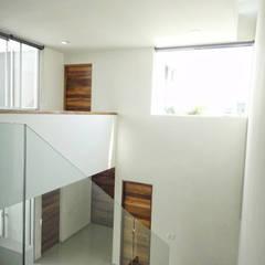 Couloir et hall d'entrée de style  par Abraham Cota Paredes Arquitecto,