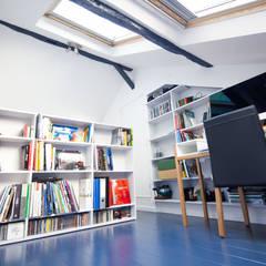 Duplex Lumineux: Salon de style  par Solenne Brugiroux Architecte